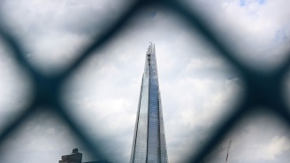Мъж изкачи най-високата сграда в Западна Европа без предпазен колан