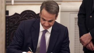 Първият работен ден на новия гръцки кабинет бе белязан с оставка