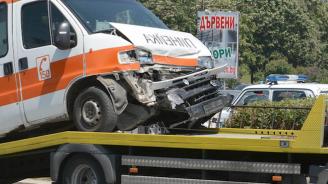 Челен удар между кола и линейка затвори пътя през с. Арбанаси