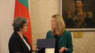 """Връчиха за първи път наградата """"Училището в музея, музеят в училището"""" наКомисията по образованието и науката"""