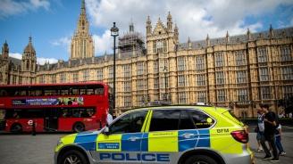 Политици критикуват лондонската полициязаради заплахи със съд срещу журналисти,публикували секретни документи