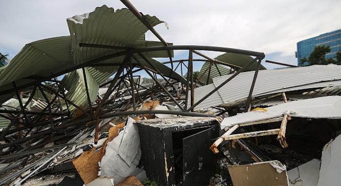 Четириетажна сграда се срути в индийския град Мумбай. Под отломките
