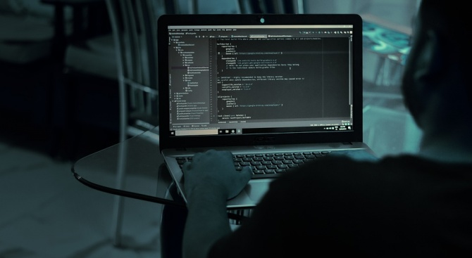 Човек, твърдящ, че е автор на кибератаката срещу сървърите на