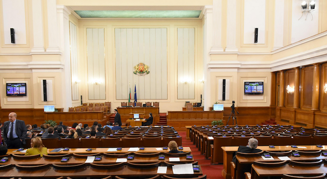 С кворум от 125 депутати започна извънредното пленарно заседание