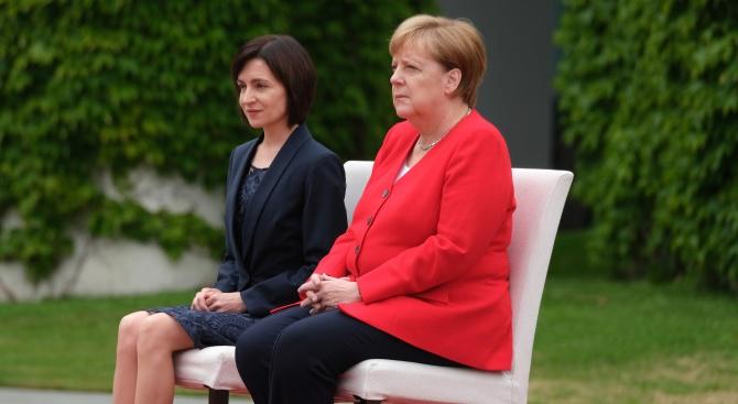 Германският канцлер Ангела Меркел пак е слушала химни, седейки, предаде
