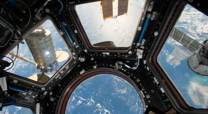 Руският космонавт Олег Скрипочка, астронавтите Джесика Миър от САЩ и
