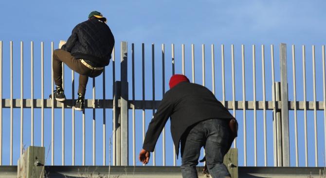 Стотици имигранти се явиха във вторник на мексиканско-американската граница с