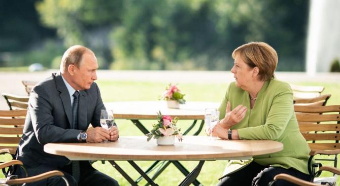 Бъдете здрава, това е написал Владимир Путин на Ангела Меркел,