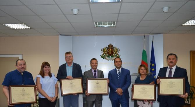 Министърът на икономиката Емил Караниколов връчи пет сертификата за инвестиции,