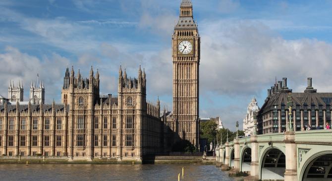 Британският парламент прие предложение, което ще затрудни евентуален опит на следващия премиер за Брекзит без сделка