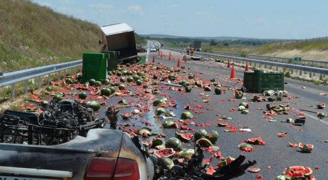 """Катастрофа затрудни частично движението по магистрала """"Марица"""" този следобед. Кола"""