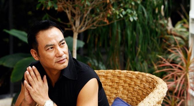 Актьорът Саймън Ям беше прободен с нож от непознат на