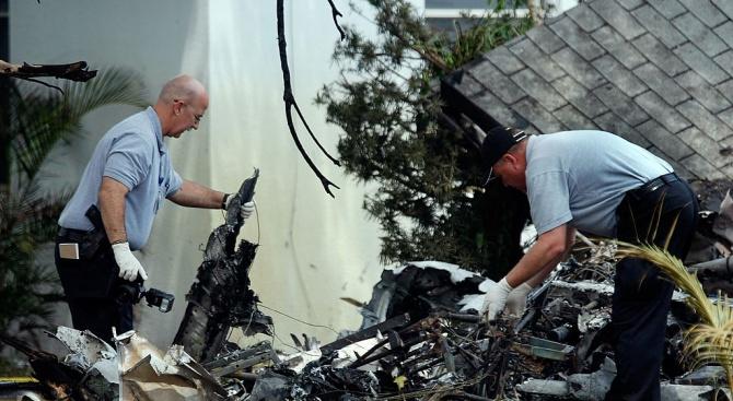 Най-малко трима души загинаха днес при катастрофа на малък самолет