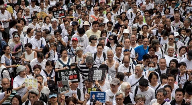 Снимка: Десетки хиляди хора излязоха на проправителствена демонстрация в Хонконг
