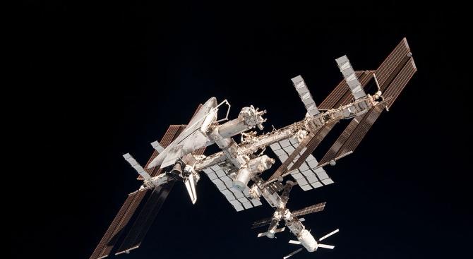 Руска космическа капсула с трима астронавти на борда излетя от