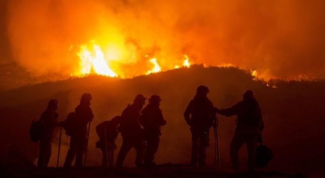 Над 900 пожарникари се борят с огнена стихия в Португалия