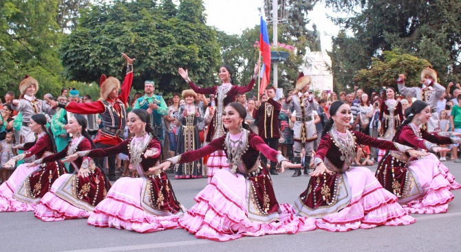 С дефиле на участниците започна фолклорният фестивал във Велико Търново