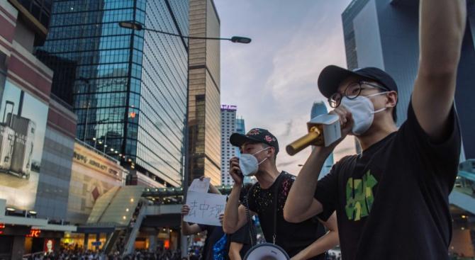Полицията на Хонконг използва сълзотворен газ и гумени куршуми на протестите днес