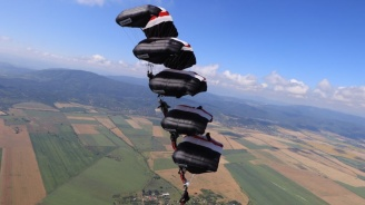 Международни парашутисти тренират край София