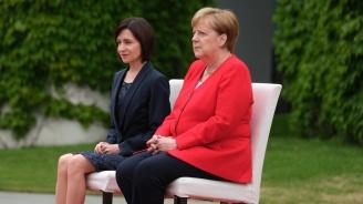 Ангела Меркел пак седя по време на химни