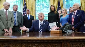 Тръмп разговаря с астронавтите Бъз Олдрин и Майкъл Колинс