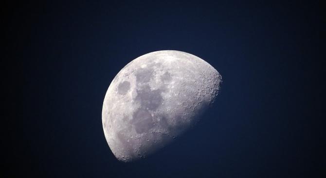 Космическият център в Хюстън отпразнува точният момент, в който американският