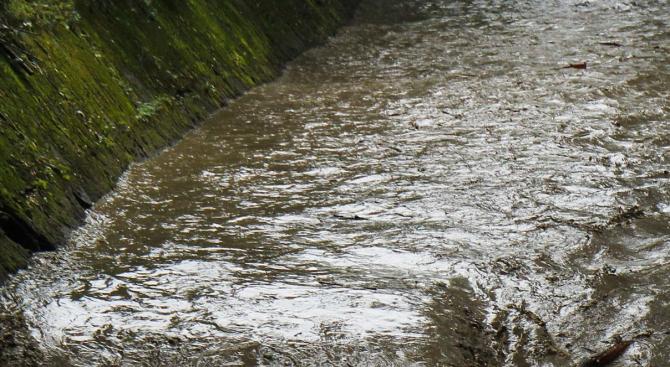 Проливен дъжд и придошла река подкопаха пътя Велинград-Якоруда. Инцидентът стана