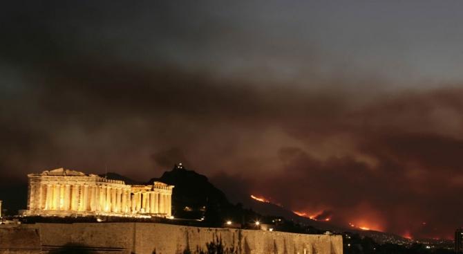 Горски пожар заплашва къщи край Атина, една година след смъртоносен
