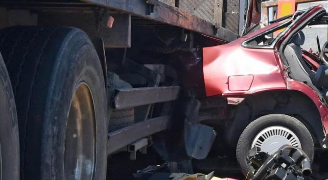 Жена е пострадала при катастрофа между камион и лек автомобил