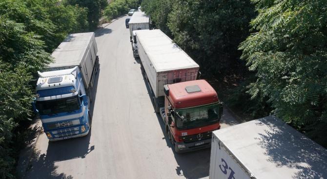 Километрична опашка от камиони, натоварени със зърно има денонощно на