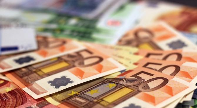 В четвъртък еврото поевтиня към близо двумесечно дъно спрямо щатския