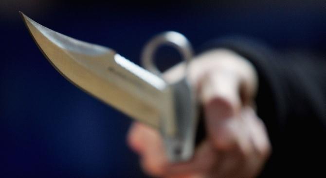 Задържан е мъж, заплашвал с нож трима души. Това съобщиха