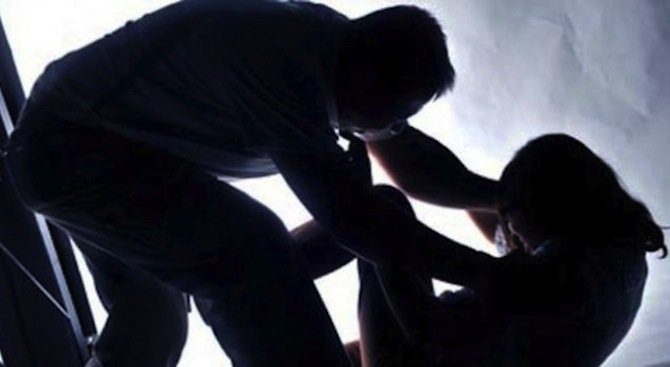 Задържаха изверг, насилвал сексуално и пребивал редовно 15-годишната си дъщеря