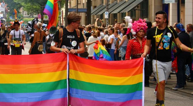 Кипърски поп разкри сътворението на гейовете