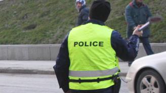 Криминално проявен без книжка опита да бутне 460 лв. на полицаи