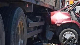 Катастрофа между камион и кола край Варна: Жена е пострадала
