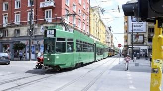 Аварирал трамвай блокира за кратко централо кръстовище в София