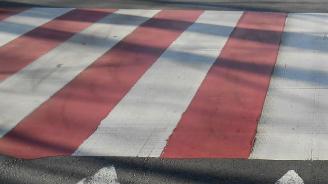 Кола блъсна велосипедист на пешеходна пътека