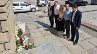 Ръководството на БСП поднесе цветя на плочата на Бузлуджанския конгрес в Габрово