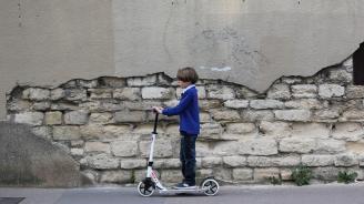 Деца в Марсилия хвърлят електрически тротинетки в морето