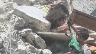 Снимка с три момиченцав бомбардирана сградав Сирия обиколи интернет