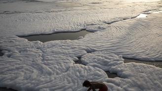 Мъж загина, докато се опитва да си направи селфи до замърсен поток със сапунена пяна