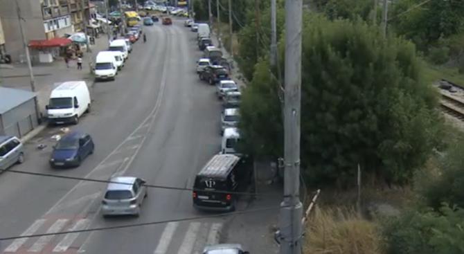 Пешеходна пътека в Перник свършва в железопътните релси, а хората