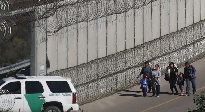 Снимка: Над 900 деца са били отделени от родителите си на южната граница в САЩ през 2018 г.