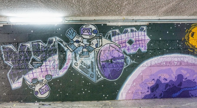 Изрисуват варненски подлез с космически графити