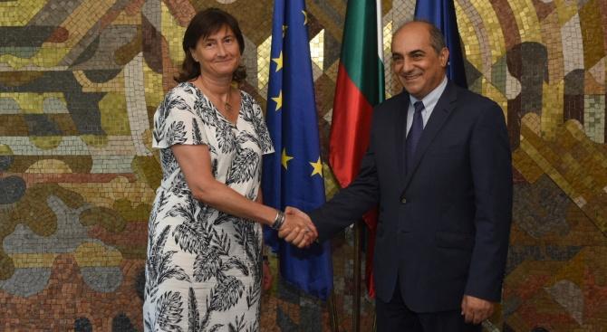 Заместник-министърът на външните работи Емилия Кралева и председателят на кипърския