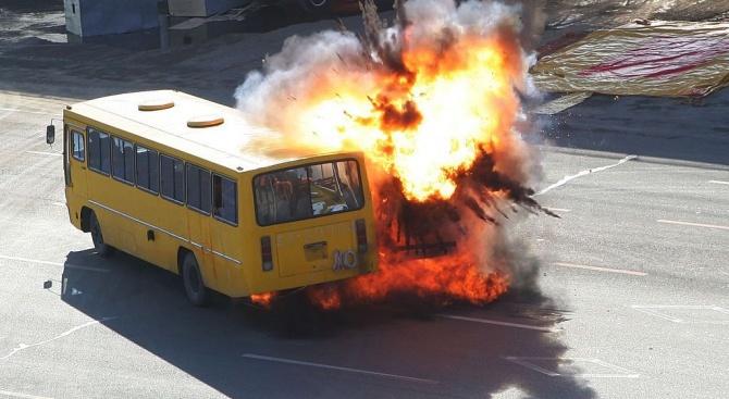 Петима души, включително две деца, загинаха, след като автобус избухна