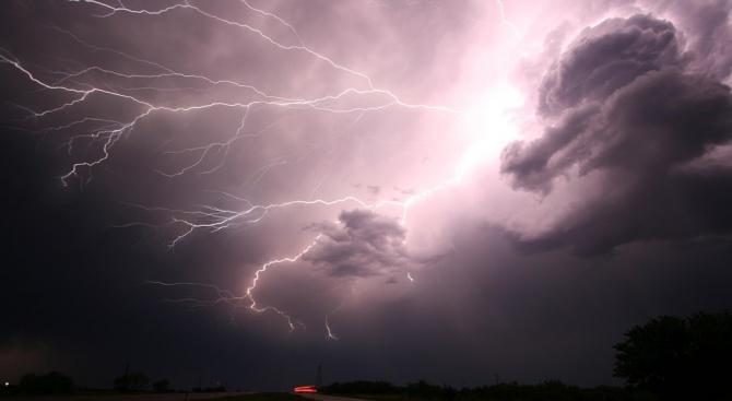 Мощна буря се изви снощи над София. Мъж загина, а жена е в тежко състояние