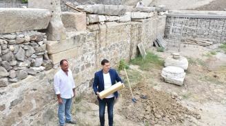 """Кметът на Пловдив постави капсула на времето на площад """"Централен"""""""