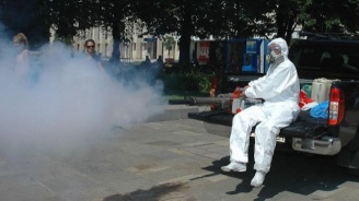 Пръскат срещу комари и мухи в Благоевград